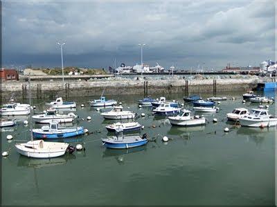 Pequeño puerto pesquero, al fondo un ferry