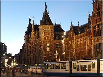 Estación Central de Amsterdam al atardecer