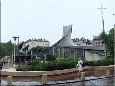 Moderna iglesia dedicada a Santa Juana de Arco