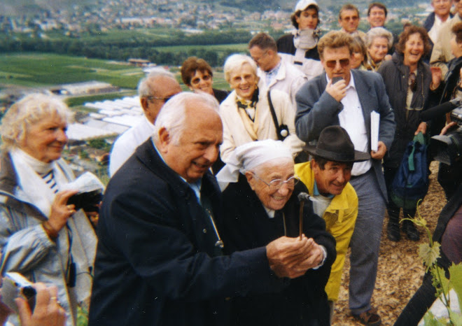 Le 23 mai 2003, Soeur Emmanuelle sulfate la vigne du Dalaï Lama