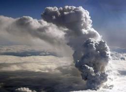 Vulcão na Islândia entra em erupção