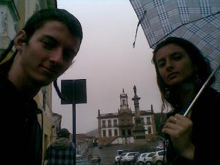 pegando carona debaixo de chuva em Ouro Preto, Minas Gerais