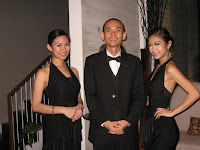 Jason Geh, the solo pianist flanked by two sultry ushers
