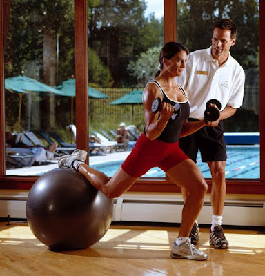 personal-trainer-for-workout-at-gym-to-help-image