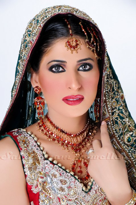 29488 385257849861 338320169861 3922534 3130236 n - Saba Azam Jewellery Shoot