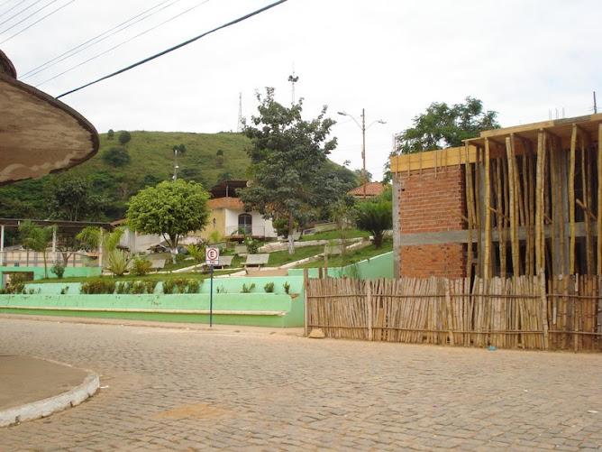 Jardim, mostrando a construção da nova casa da Igreja católica