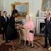 Tο ζεύγος Ομπάμα έγινε δεκτό από τη βασίλισσα της Αγγλίας Ελισσάβετ Β' στο Μπάκιγχαμ.