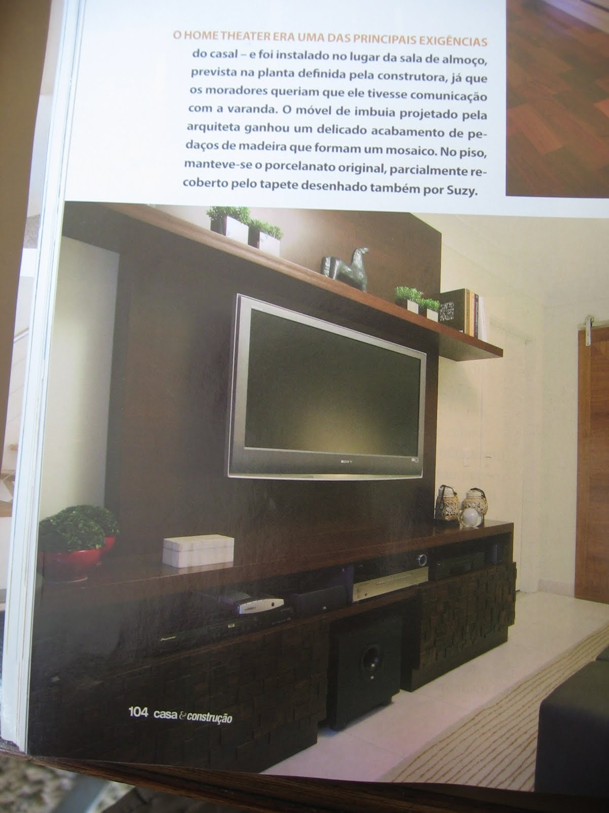 Foto da Revista Casa e Construção mostra painel centralizado #7B6E50 1200x1600