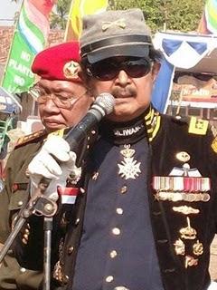 Herman Sarens Sudiro, yang rumahnya di Serpong, Tangerang, sedang dikepung adalah mantan Komandan Pasukan Pengawal Presiden (Paspampres) di tahun 1967.  Dua tahun lalu, beberapa hari sebelum mantan Presiden Soeharto menghembuskan nafas terakhir di bulan Januari 2008, Herman Sarens Sudiro menjenguk mantan bosnya itu di RS Pusat Pertamina. Ketika itu, ia membawa selembar foto hitam-putih tua yang memperlihatkan dirinya bersama pasangan Soeharto dan Tien Soeharto.  Kabar mengenai pengepungan rumah Herman mengejutkan banyak pihak. Sejauh ini belum ada kabar yang dapat menjelaskan apa yang menyebabkan pengepungan itu. Namun berbagai spekulasi mulai merebak. Dari sikap keras yang diperlihatkan sejumlah purnawirawan TNI terhadap kondisi negara sampai perkawinan Helmy Yahya dengan cucunya.  Karier Herman dimulai dari Komandan Kompi Tentara Pelajar Siliwangi, di Banjar. Lalu Komandan Peleton Divisi Siliwangi, Garut (1946), Komandan Kompi Divisi Siliwangi, Jakarta (1949), Wakil Komandan Batalyon Divisi Siliwangi, Bandung (1959), Komandan Batalyon Divisi Siliwangi, Bandung (1959) dan Karo Suad 2 MBAD, Jakarta (1964).  Setelah peristiwa 30 September – 1 Oktober 1965, Herman bertugas sebagai Paban Suad 2 Mabad, Jakarta (1966), dan Komandan Brig Kosatgas Mabad, Jakarta (1966), serta Wadan Korps Markas Hankam, Jakarta (1969). Lalu Komandan Korps Markas Hankam (1970).  Sekitar sepuluh tahun lalu Herman membuat pengakuan bahwa dirinya pernah menggiling 100 anggota Partai Komunis Indonesia (PKI) dengan tank. Menurutnya, aksinya saat itu dibenarkan oleh hukum yang berlaku. Herman juga mengkritisi penutupan penjara politik di Pulau Buru. (*jpn/ham)  Sumber : matanews.com | Jakarta, Senin, 18/01/2010 | 16:51