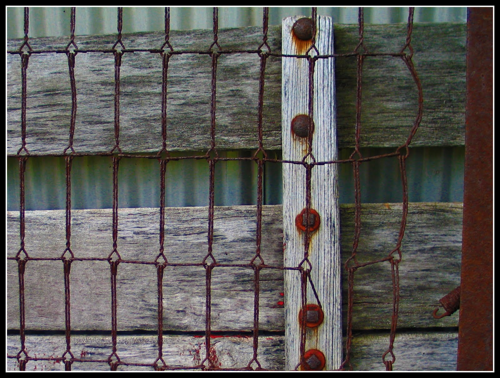 http://3.bp.blogspot.com/_FBwspwvIebY/TEbh54CrH3I/AAAAAAAAAS0/xwrDo41DqNw/s1600/textures+rusted+bedframe:barn+wood.jpg