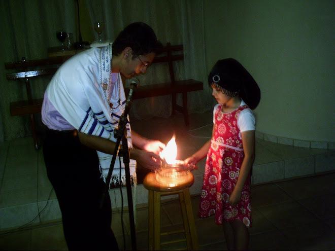 E Hashem disse: -Haja luz- e houve luz. Assim simbolizamos esse ato no primeiro ato da semana