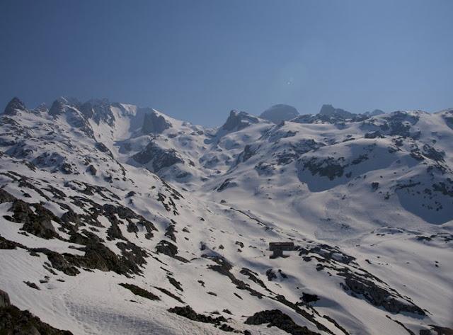 Vista del camino y el refugio de Vegarredonda en Picos de Europa