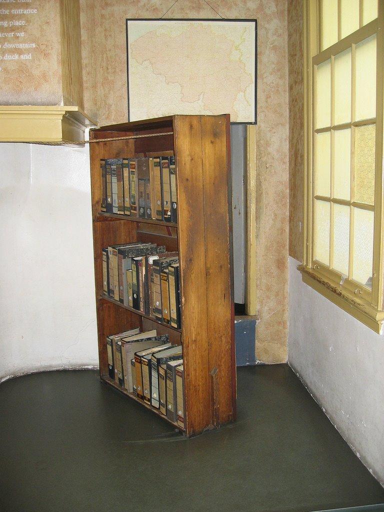 [bookcase-annfrank]