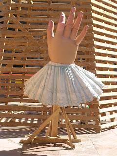 Una mà grossa al mig de la plaça de la Mare de Déu
