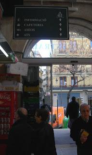 Cartell amb punt de vista desorientat al mercat central de València