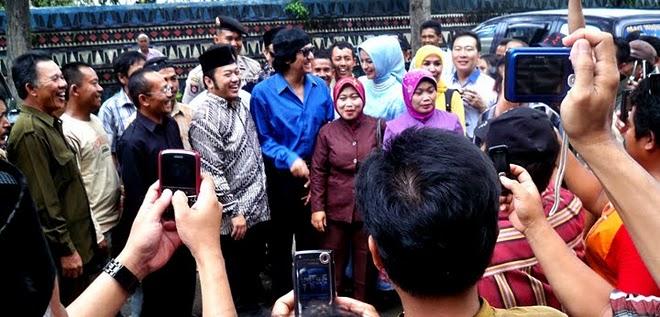 Memperhatikan Kak Zainudin Hasan, Kak Marissa Haque dalam Kampanye dgn Kak Ikang Fawzi