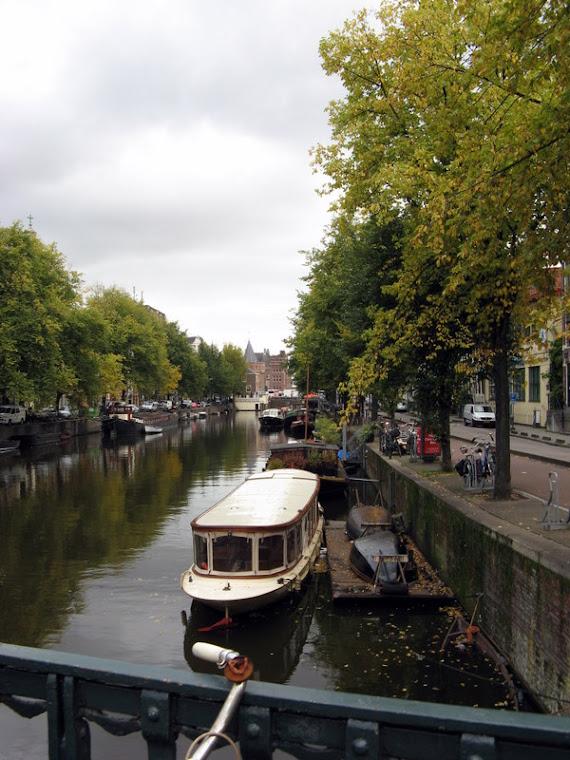 Barco cruzando canales