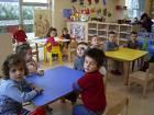 Los niños y niñas en clases con su maestro