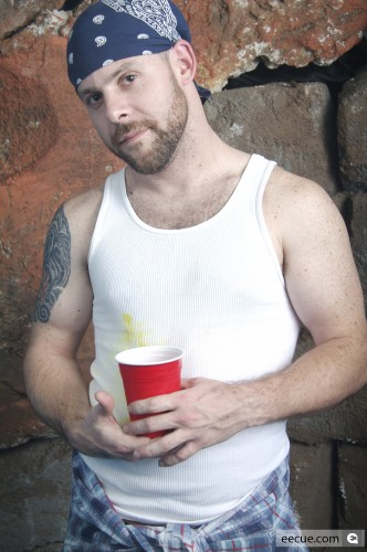 [images_pic-medium-27891-guy_in_wife_beater.jpg]