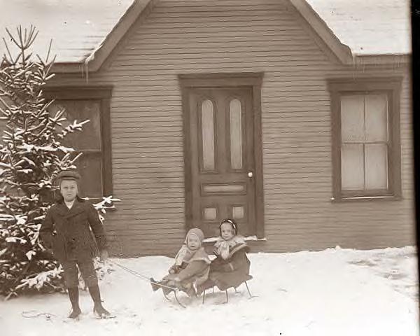 Milton Wright, Ivonette & Leontine. 1901. Photo by Wilbur Wright