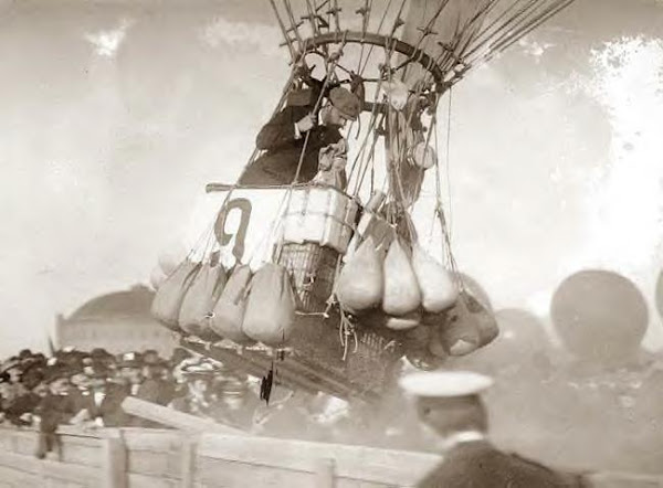 Balloon race. Conquerer rising, Berlin, Germany, 1908