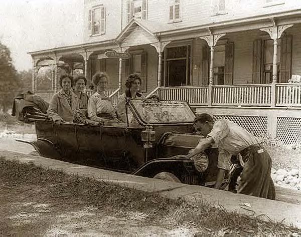 Man cranking car. 1914
