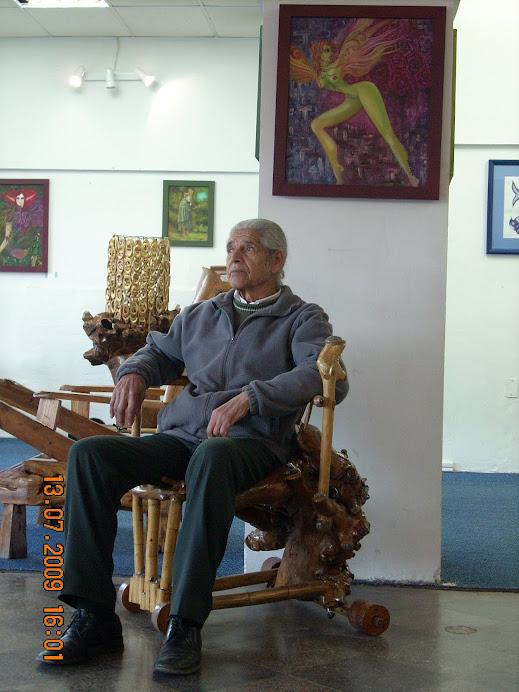 don Jose Luis Rodriguez posando en una de sus obras