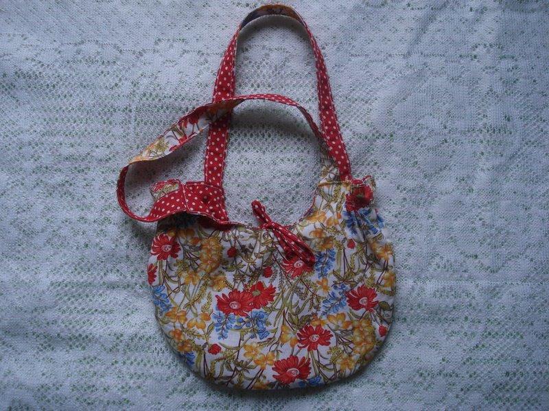 Bolsa Vermelha com Rosas e Bolinhas