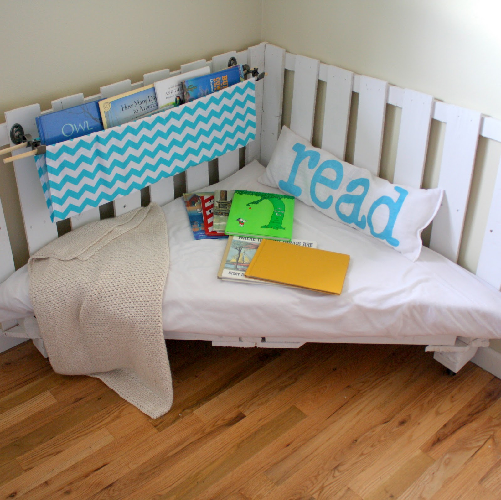 How to make a reading nook from two wooden palettes part 2 for Canape exterieur ikea