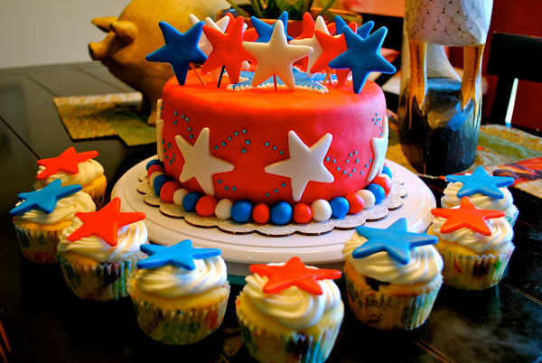 4th of July Cake w/Cupcakes