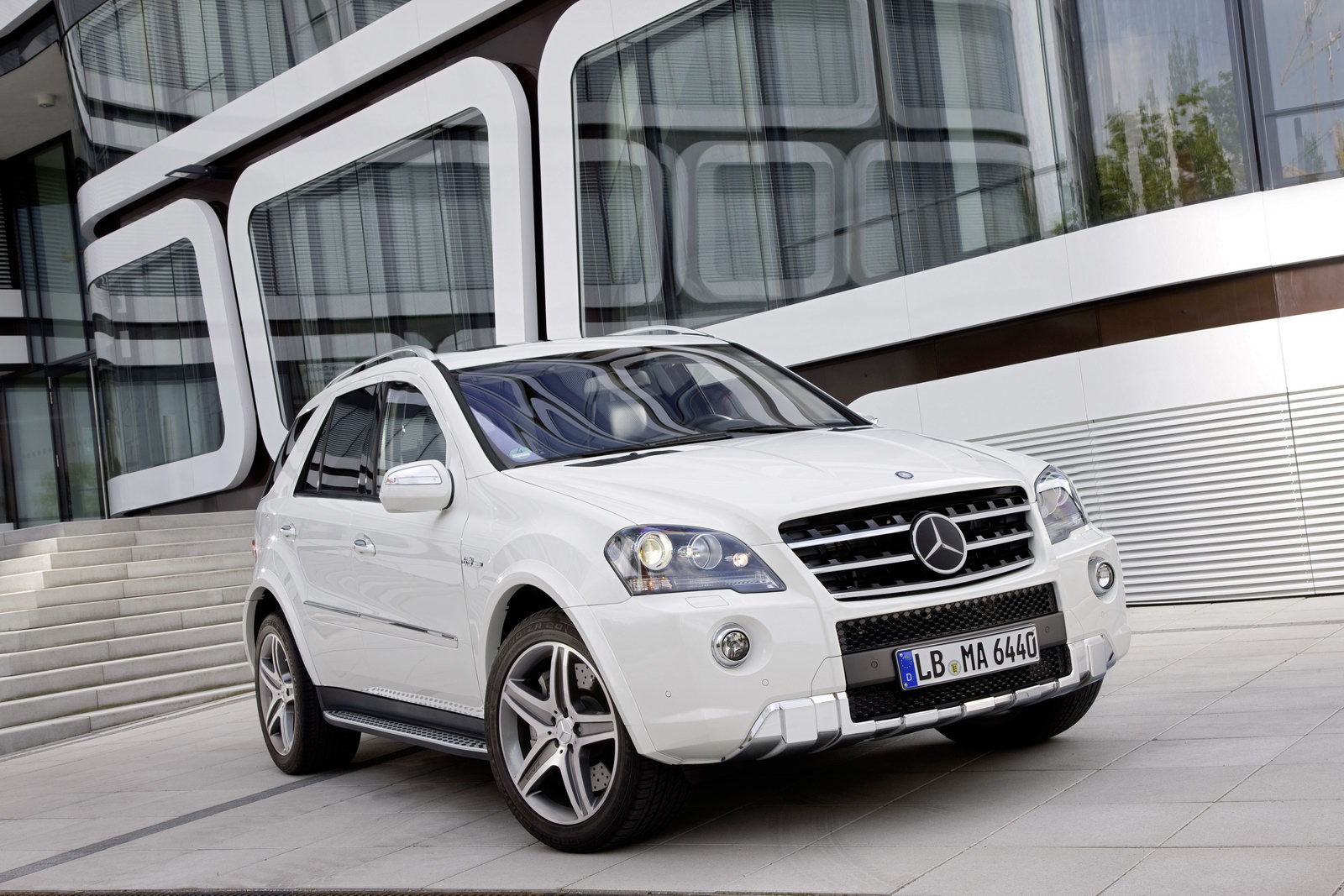 2011 mercedes benz ml63 amg receives minor cosmetic updates carscoops. Black Bedroom Furniture Sets. Home Design Ideas