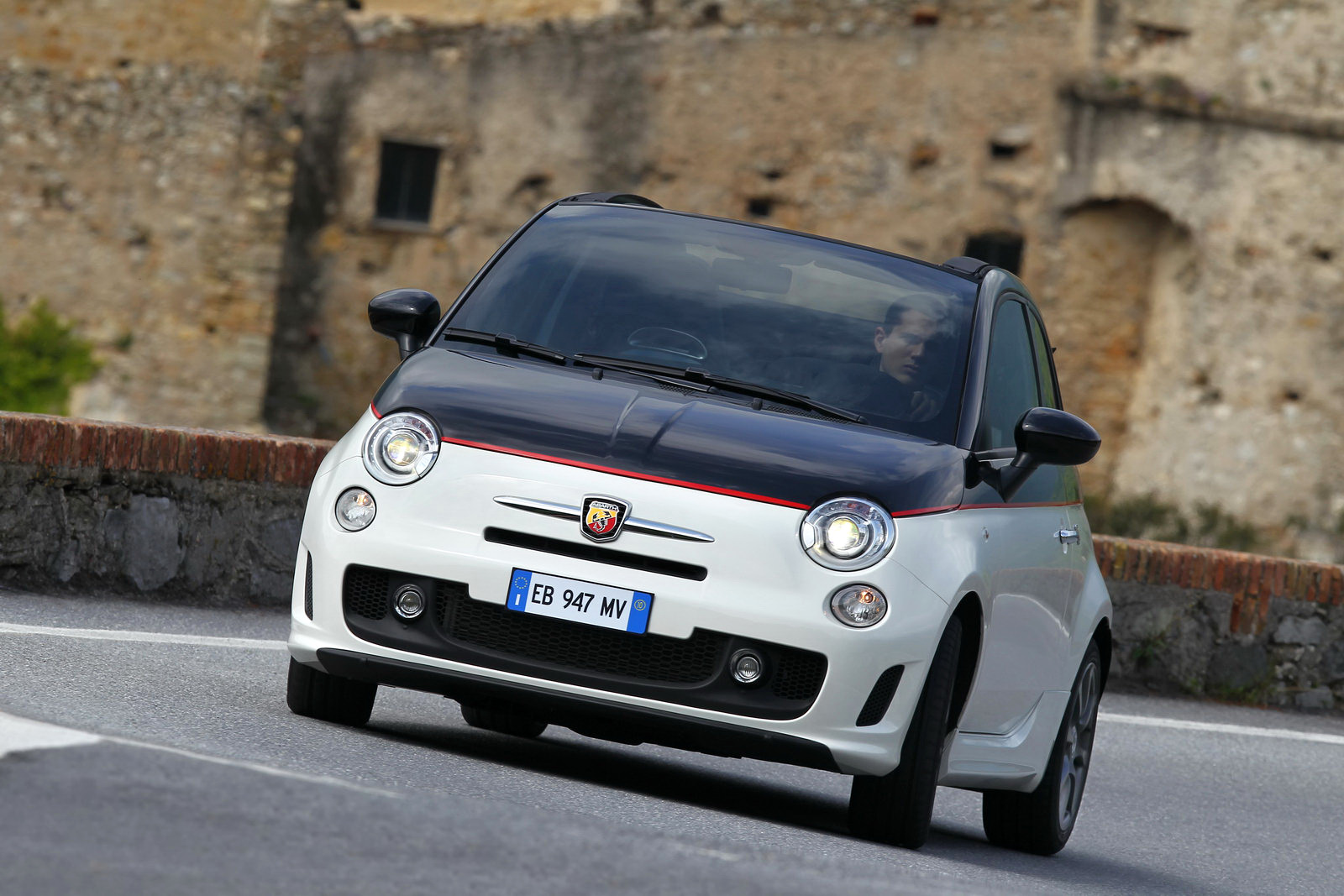 http://3.bp.blogspot.com/_FoXyvaPSnVk/TBfMj626BqI/AAAAAAAC9ww/o-wuMUJraQA/s1600/Fiat-Abarth-500C-40.jpg