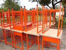 Atendiendo el déficit de mesas y sillas