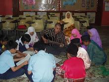 Latihan nyanyian bersama murid sek lain