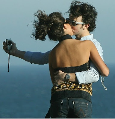 foto de Kevin Jonas besando a Danielle Deleasa