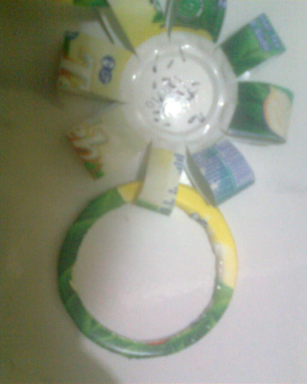 memotong bagian pinggir botol dan merekatkannya bagian ujungnya ...