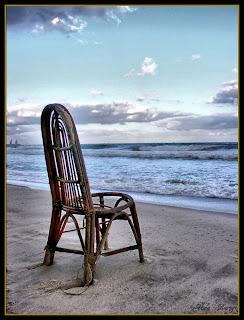стул на море