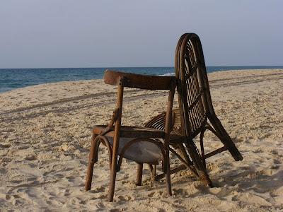 стулья на берегу моря
