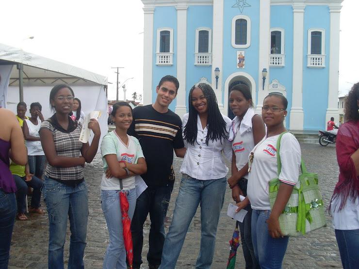 Adriano, Olívia e alunos do Colégio Yêda