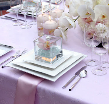 Mesa posta em lilás