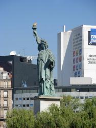 une imitation de la statue de liberte, au Paris