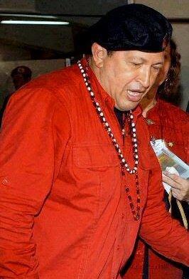 Chavez viste de rojo y lleva colgadas los collares de Changó