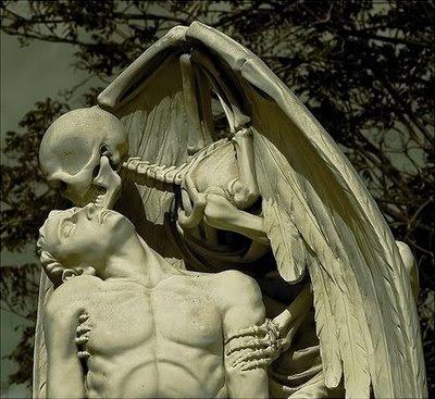 Esas esculturas que entusiasman El+Beso+de+la+Muerte_46f1c632b6