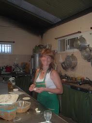 María preparando las empanadas