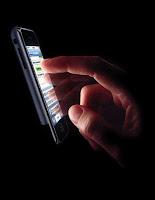 Publicité d'Apple pour son iPhone. Elle dit en sous-titre : Touching is believing, et qu'il s'agit d'un appareil révolutionnaire.