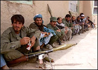 L'armée afghane que l'on voit ici se bat aux côtés de l'Alliance (les forces de coalitions) et respecte de ce fait la Convention de Genève et les règles de la guerre. Mais à l'occasion, et peu importe qu'il y ait des photographes, les troupes n'hésitent pas à martyriser (castration à vif, etc) les Taliban qu'elles font prisonniers avant de les achever, en représaille aux atrocités qu'ils ont commises.