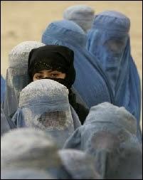 Femmes afghanes portant la burqa traditionnelle faisant la file devant un bureau de vote à Kaboul le 9 octobre 2004. Document Desmond Boylan pour Reuters.