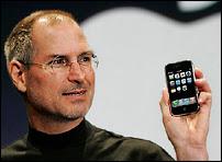 Steve Jobbs présentant son iPhone en février 2007. Son action en justice entamée contre Cisco a été suspendue au terme de la signature d'un accord commercial et d'interopérabilité entre les deux sociétés.