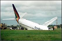Crash d'un B-737 de la compagnie TransBrasil à Porto Alegre le 27 février 2000 suite à un orage. 20 passagers furent blessés.