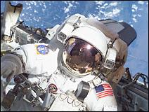 L'astronaute Pat Forrester au cours de la mission STS-105 le 10 août 2001. Document NASA.